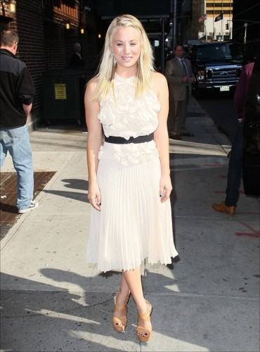 """Kaley visiting """"The Late 表示する with David Letterman"""""""