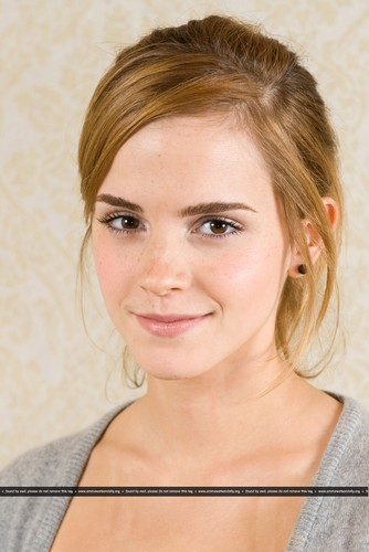 Emma Watson achtergrond containing a portrait titled New HQ Portraits of Emma from 2009