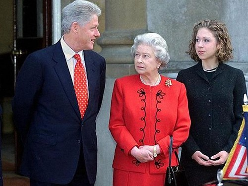 Ratu Elizabeth II kertas dinding with a business suit titled President Bill Clinton with Queen Elizabeth II and his daugher Chelsea