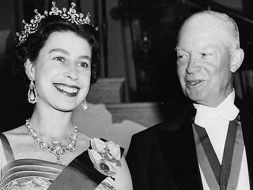 Ratu Elizabeth II kertas dinding containing a business suit and a suit called President Dwight D. Eisenhower with Queen Elizabeth II at the White House in 1957