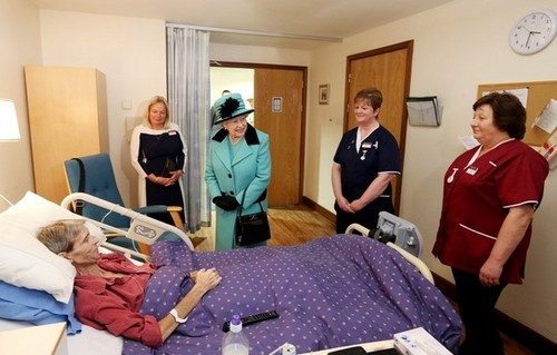Queen Elizabeth II achtergrond probably containing a bedroom, a neonate, and a living room entitled Queen At Thames Hospicecare