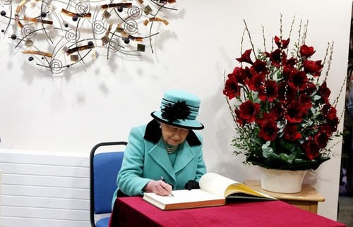 Queen Elizabeth II wallpaper titled Queen At Thames Hospicecare