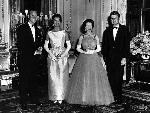 Ratu Elizabeth II kertas dinding probably containing a bridesmaid titled Queen Elizabeth and Prince Philip host President and Mrs. Kennedy in 1961