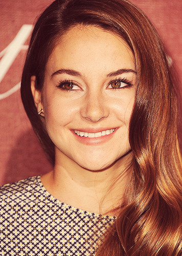 Shailene Woodley wallpaper probably with a portrait titled Shai♥