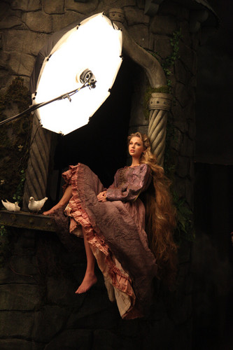 Taylor snel, swift as Rapunzel Behind the Scenes