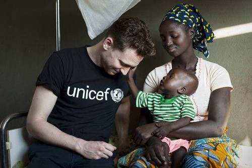 Tom Hiddleston wallpaper titled Tom helping out @Unicef_UK
