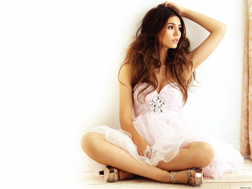 Victoria Justice wallpaper possibly with a chemise and skin called Victoria Justice Wallpaper