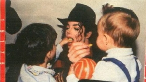 michael letting kids put stuff in his mouth lol