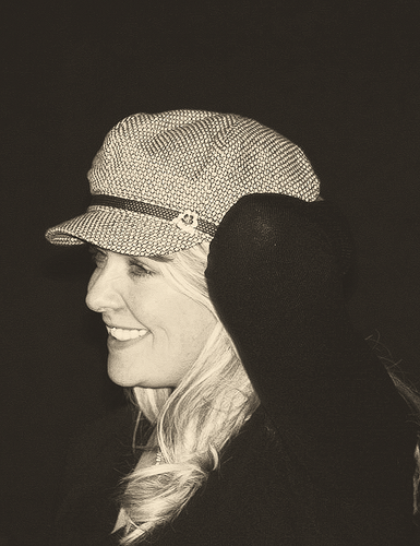 Amanda Tapping achtergrond probably with a fedora and a concert called Blonde Amanda