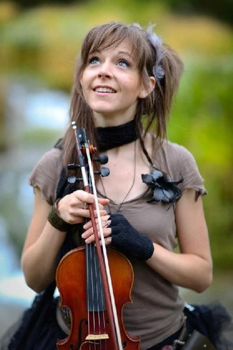 muziek achtergrond possibly containing a violist, altviolist entitled Lindsey Stirling