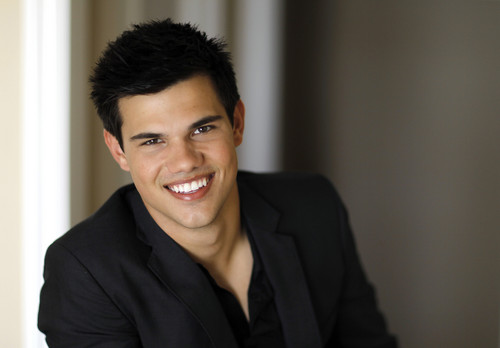 "Taylor Lautner پیپر وال containing a business suit called New Reutner outtakes from ""Eclipse"" promotional tour"