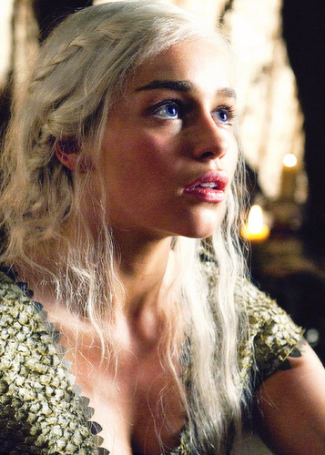 Daenerys Targaryen fond d'écran probably containing a portrait titled Daenerys Targaryen