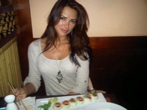 Alina Vacariu tasting sushi