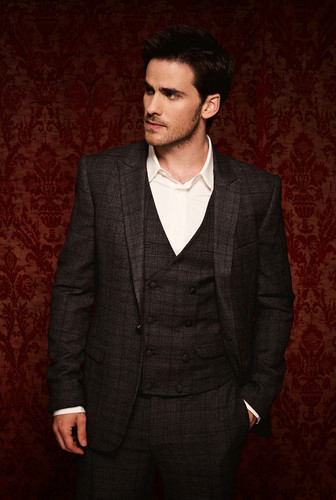 Colin O'Donoghue kertas dinding containing a business suit, a suit, and a three piece suit entitled Colin O'Donoghue ♥