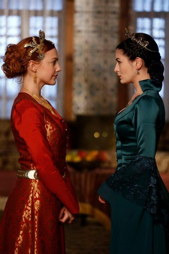 Muhtesem Yüzyil - Magnificent Century fond d'écran containing a bridesmaid, a dîner dress, and a robe entitled Hürrem Sultan - Şah Sultan savaşı başlıyor!