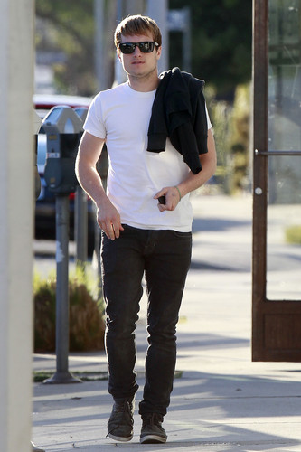 Josh spotted in California with blonde hair (2.20.2013) [HQ]