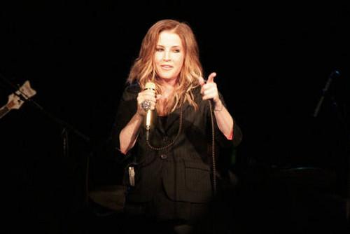 Lisa Marie Presley fond d'écran containing a concert called LMP chant 2012