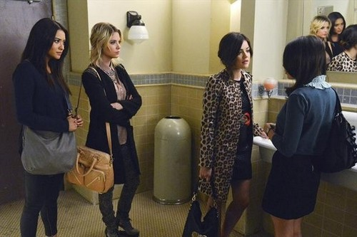 "Pretty Little Liars TV دکھائیں پیپر وال entitled Pretty Little Liars season 3 episode 22 ""Will The دائرے, حلقہ Be Unbroken?"" - promotional تصاویر"