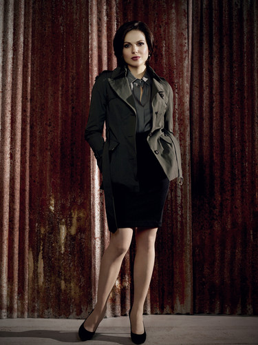 La Méchante Reine/Regina Mills fond d'écran containing a business suit and a well dressed person entitled Queen Regina 2250x3000
