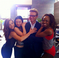 Simon Baker- BTS 5x18 - the-mentalist photo