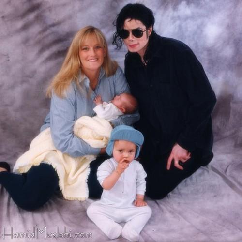 Debbie Rowe, Michael, Prince & Paris (FULL pic)