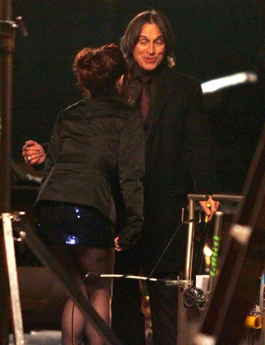 Emilie de Ravin & Robert Carlyle on set