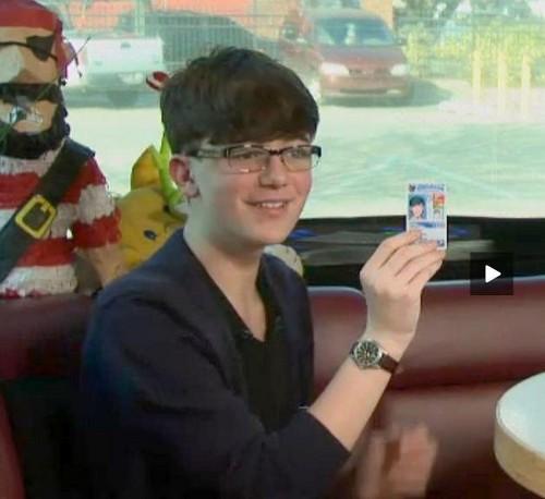 GC ipinapakita off his drivers permit♥