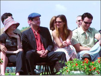 Joshua Jackson & Katie Holmes fondo de pantalla containing a park bench and a business suit entitled Josh & Katie