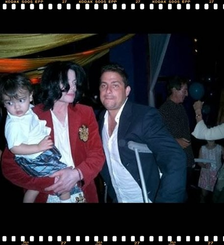 "Michael With Youngest Son, ""Blanket"" And A One Of His বন্ধু"