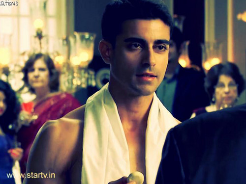 Saraswatichandra (TV series) karatasi la kupamba ukuta possibly containing a business suit called Saraswatichandra