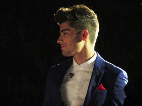 zayn malik fondo de pantalla containing a business suit and a suit entitled Zayn Malik TMH Tour O2 Arena