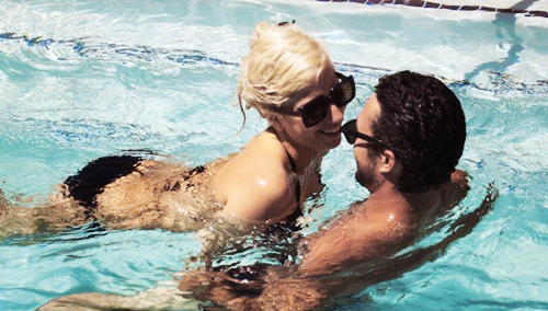 *UNTAGGED* foto's of Gaga & Taylor swimming (2011)