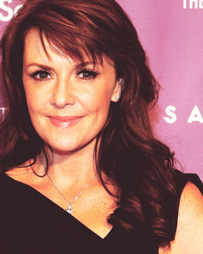 Amanda Tapping Hintergrund with a portrait titled Amanda Tapping