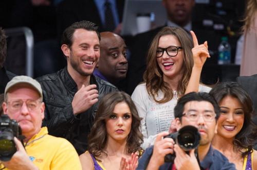 セレブ At The Lakers Game - Katie Cassidy (March 8)
