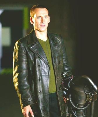 Doctor Who karatasi la kupamba ukuta possibly containing a well dressed person, a hip boot, and a pea, njegere koti, jacket called Christopher Eccleston