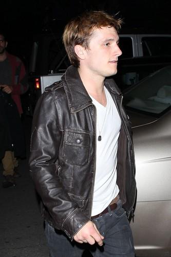 Josh out in LA with his mom (3/11/2013) [HQ]