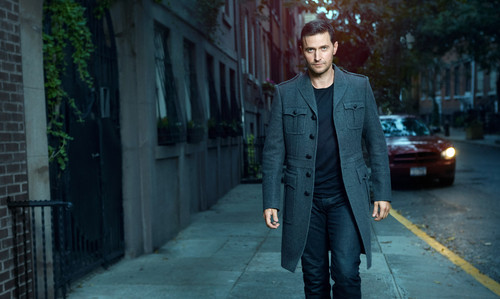 Richard Armitage Обои containing a business suit, a suit, and a well dressed person called Richard Armitage