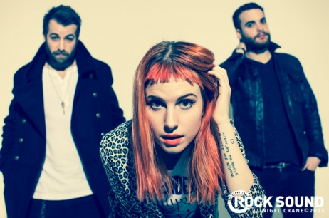 Rock Sound posted some mais fotografias from their cover shoot with paramore