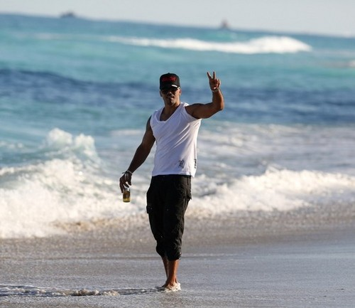 Shemar Moore 壁紙 titled Shemar Moore Relaxes in Miami