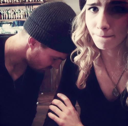 Oliver & Felicity Hintergrund titled Stephen Amell and Emily Bett Rickards