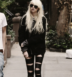The Pretty Reckless Hintergrund with a hip boot called The Pretty Reckless