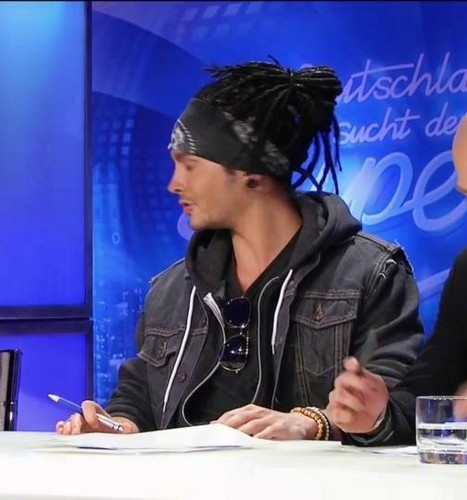 Tom Kaulitz 壁纸 possibly with a sign called Tom *___*