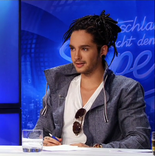 Tom Kaulitz 壁纸 probably containing a business suit, a concert, and a well dressed person entitled Tom *___*