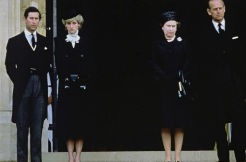 Ratu Elizabeth II kertas dinding with a business suit entitled diana and Queen