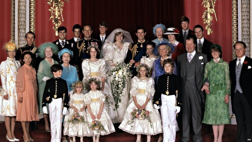 Ratu Elizabeth II kertas dinding probably with a bridesmaid called princess diana wedding