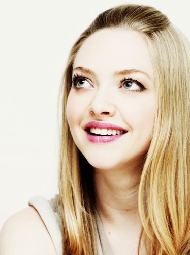 Amanda Seyfried wallpaper containing a portrait entitled Amanda