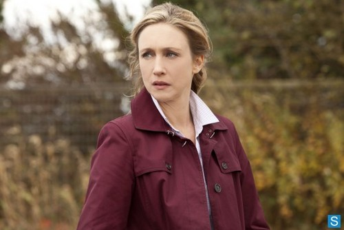 Bates Motel karatasi la kupamba ukuta possibly with a trench kanzu, koti and an overgarment titled Bates Motel - Episode 1.02 - Nice Town wewe Picked, Norma - Promotional picha