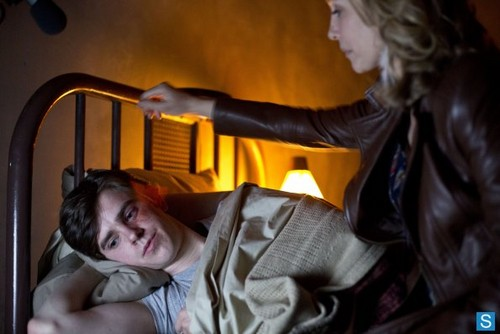 Bates Motel 壁紙 probably containing a living room entitled Bates Motel - Episode 1.02 - Nice Town あなた Picked, Norma - Promotional 写真
