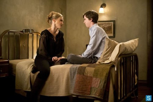 Bates Motel karatasi la kupamba ukuta containing a living room and a drawing room titled Bates Motel - Episode 1.02 - Nice Town wewe Picked, Norma - Promotional picha
