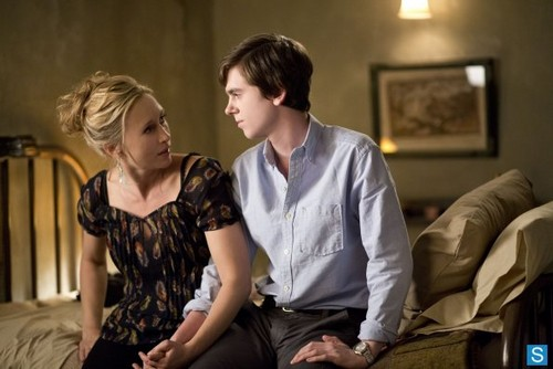 Bates Motel karatasi la kupamba ukuta probably containing a living room and a portrait called Bates Motel - Episode 1.02 - Nice Town wewe Picked, Norma - Promotional picha